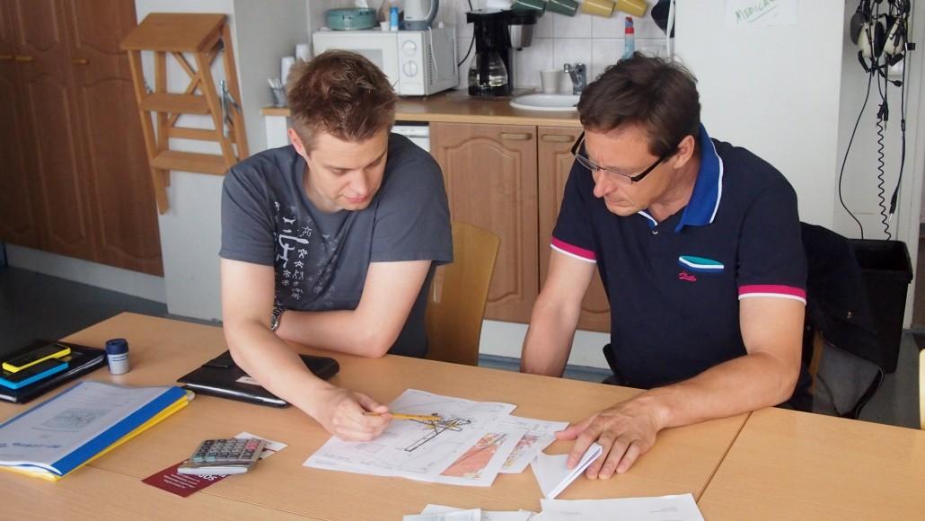 BF lennon oppilas Jouni (oik.) suunnittelee ensimmäistä lentoaan opettajansa Jeren kanssa