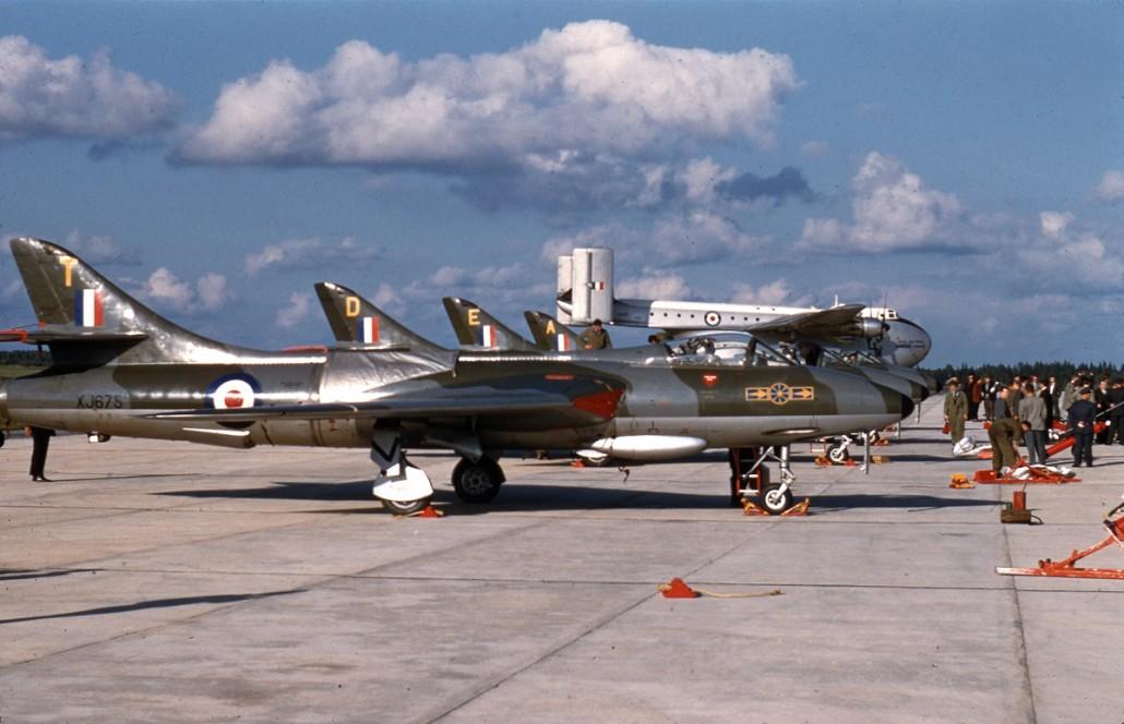 Helsingin lentoaseman ja Kaivopuiston isoissa lentonäytöksissä 1960- ja 1970-luvuilla Saari oli johtamassa ilmassa tapahtuvaa toimintaa. Hän sekä rakensi ohjelmaa että hoiti itse näytöksen tornista käsin. Hawker Hunter F.6 on kuvattu RAF:n taitolentoryhmän Suomen vierailulla vuonna 1957.