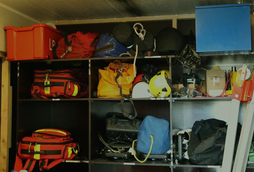 Malmin kentän vieressä toimii myös yksi Helsingin kaupungin pelastuslaitoksista. Hyllyllä odottavat varusteet valmiina, kun hälytys tulee.