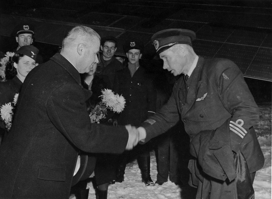 Aero Oy:n ensimmäinen kaksoislentomiljonääri Mainio Raunio toimitusjohtaja Leonard Grandellin onniteltavana Malmilla joulukuussa 1947. Kuva: Ilmailu-lehden arkisto / SIM