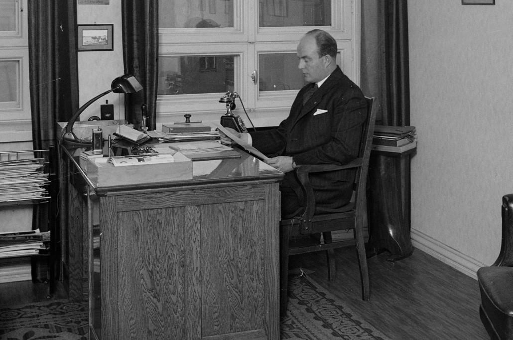 Aero Oy:n tj. Gunnar Ståhle työhuoneessaan Aleksanterinkatu 7:ssa 1930-luvulla. Edeltäjänsä tj. Lucanderin valmistama puhelinpöytä oli hänellä kirjatasona, kuvasta päätellen.