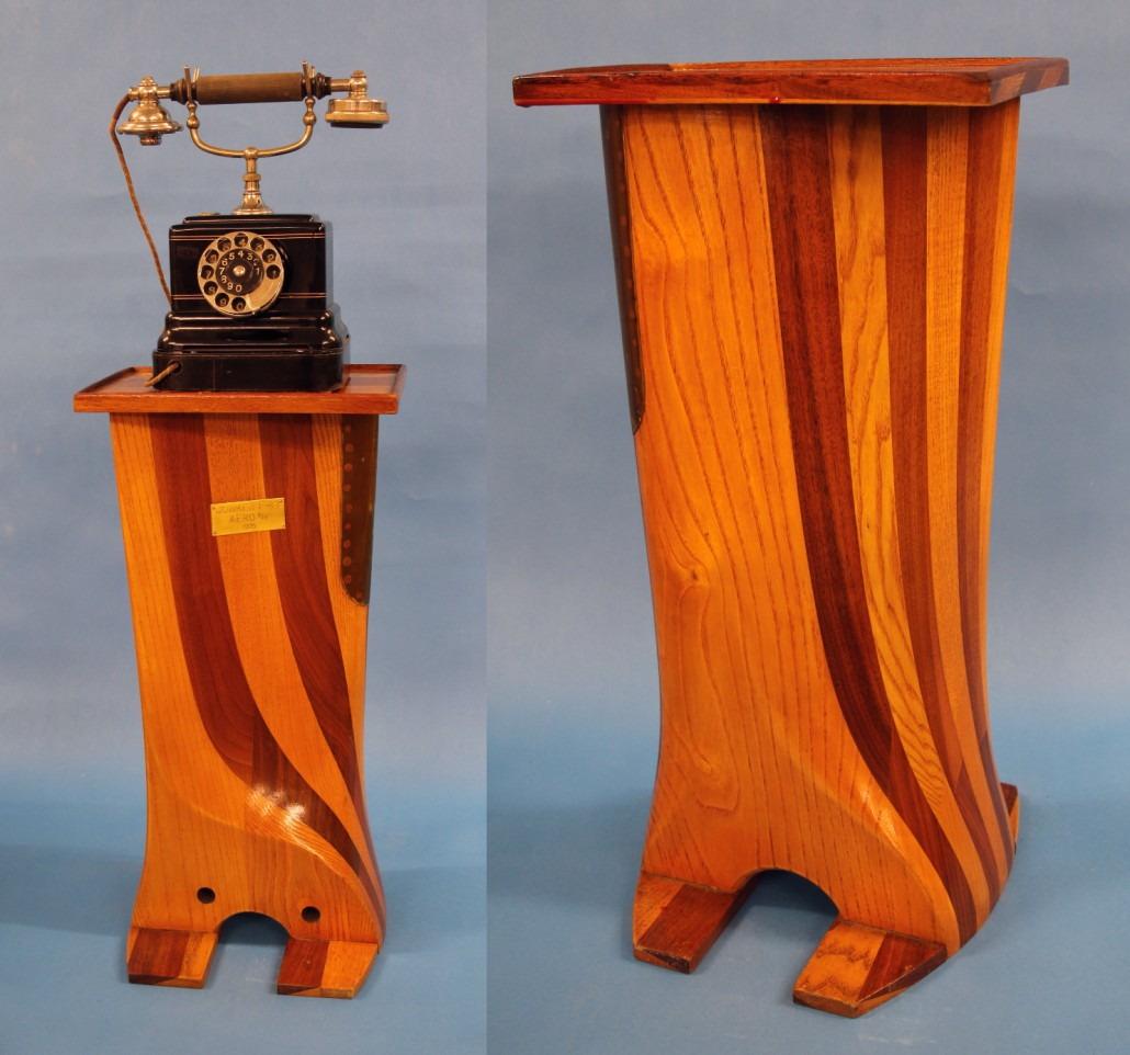 Lucanderin teettämä puhelintaso edestä ja takaa, korkeus noin 60 cm. Kuvassa näkyvä Ericssonin puhelin ei liity Aeroon tai Lucanderiin.