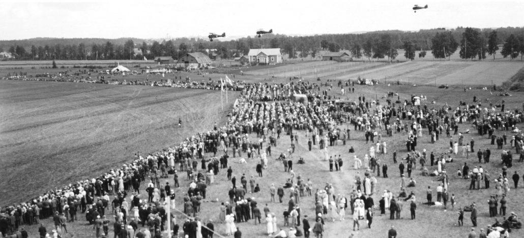 Lentonäytösyleisöä Suur-Merijoella 3. elokuuta 1935. Kaikkiaan laskettiin yleisömääräksi noin 20 000 henkeä.