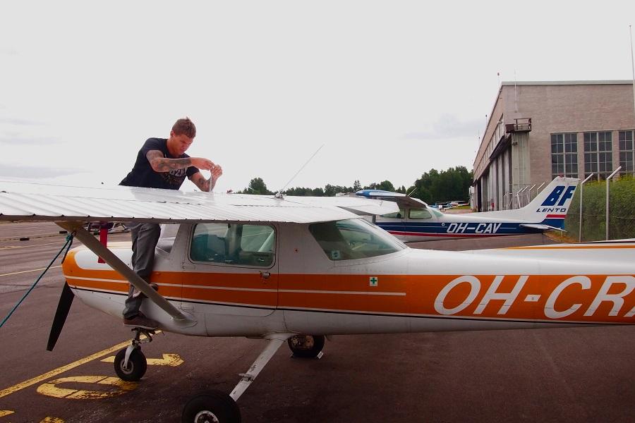 Mopo-Cessnaa ollaan valmistelemassa taivaalle Malmilla 16.7. Copyright Sonja Leppänen / Suomen Ilmailumuseo