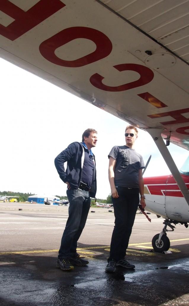 Lento-oppilas Jouni (vas.) valmistautuu ensimmäiseen lentoon