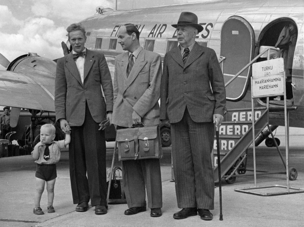Vuoteen 1952 asti nähtiin tämän kaltaisia poseerauksia. Neljä sukupolvea von Hellens'ejä matkalle Maarianhaminaan Malmilta elokuussa 1950. Kyseessä oli Aero Oy:n siihen astinen ennätys. Kuva: Aero Oy / SIM