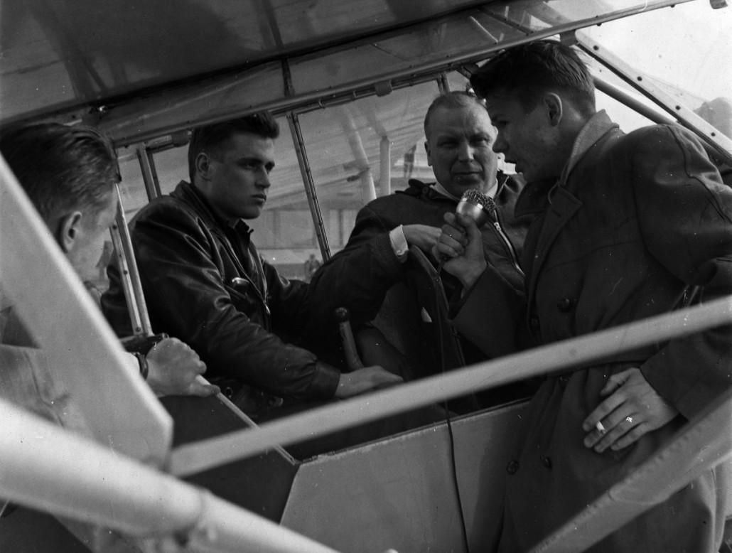 Malmin toiminta on ollut aina kiinnostavaa! Kuvassa toimittaja Markus Similä haastattelemassa lento-oppilasta Malmilla vuonna 1958. Kuva: Ilmailu-lehden kokoelma / SIM