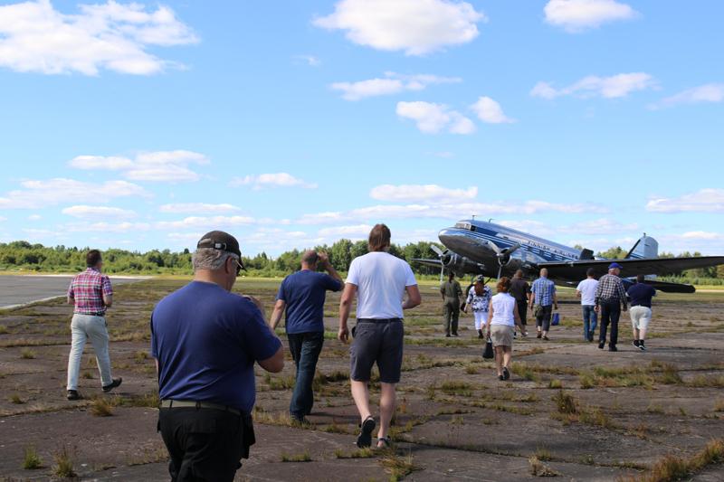 Jäsenlennolle osallistujia matkalla koneeseen.