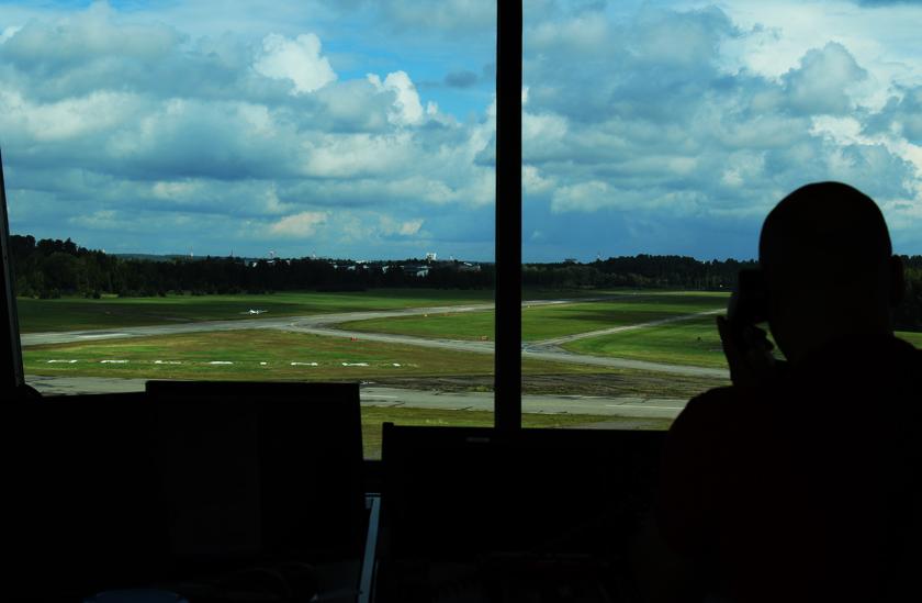 Lennonjohtotornista käsin hallinnoidaan lähteviä ja saapuvia lentoja.