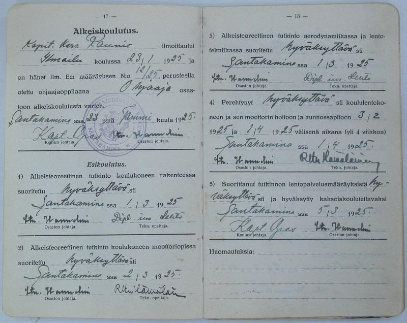 Kapit.kers. Mainio Raunio otettiin ohjaajaoppilaaksi Ilmailukouluun Santahaminaan tammikuussa 1925. Opintokirja sisältää seikkaperäisen luettelon suoritetuista esikoulutuksen osista.