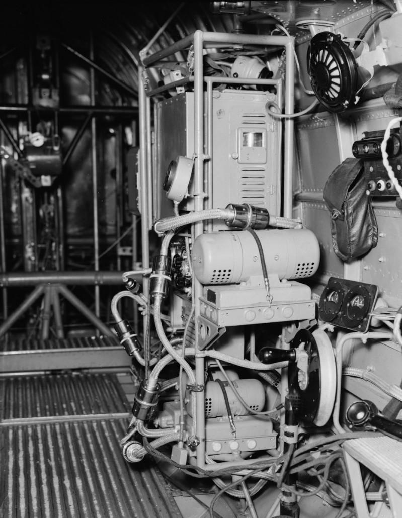 Radioasema oli lentokoneessa ripustettu teräsjousilla yhteiseen putkikehikkoon. Radio oli asennettuna ohjaamon ja konekivääritornin väliin. Jatkosodan aikaan DB-3 –sotasaaliskoneesta otetussa kuvassa vastaanotin US-1 on kehikon keskivaiheilla. Kuva on otettu takaosastosta ohjaamon suuntaan. Kuva: Valtion Lentokonetehdas / Suomen Ilmailumuseo