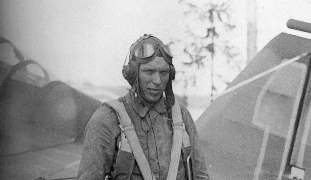 """Kersantti Martti Timo """"Immo"""" Immonen Lentolaivue 30:n 2. lentueen (2/LLv.30) Fokker D.XXI Wasp -hävittäjän (FR-123) edessä kesällä 1941."""