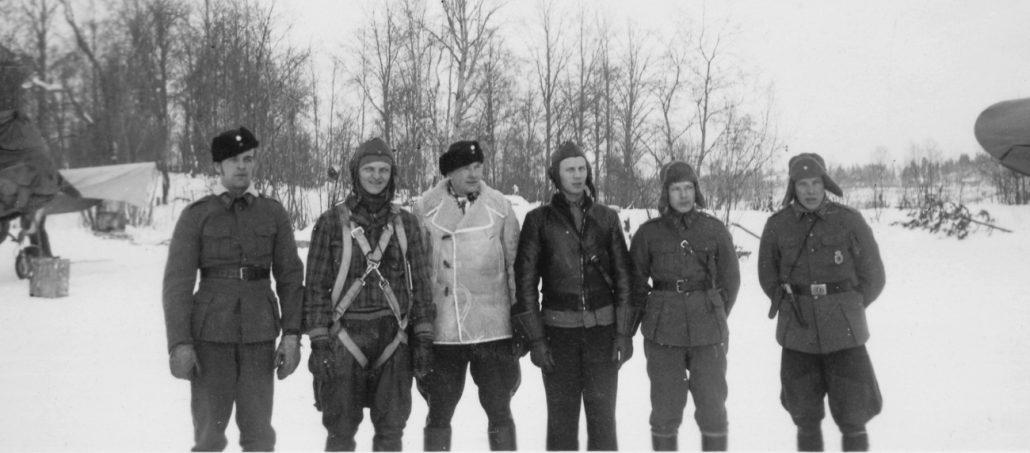 """Lentolaivue 24:n ohjaajia Kontupohjassa talvella 1941-1942. Neljäs vasemmalta luutnantti Hans """"Hasse"""" Wind ja oikealla Martti Immonen."""
