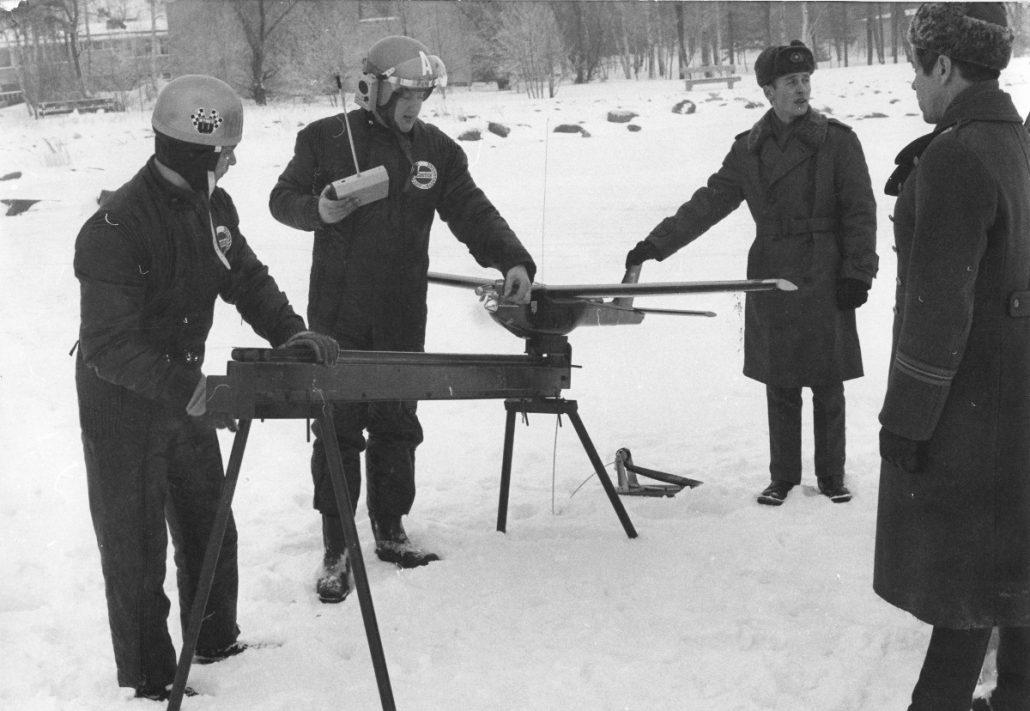 MALE 67 -lennokin prototyyppiä esitellään Puolustusvoimien edustajille Lauttasaaressa helmikuussa 1968. Radiolähetin kädessä Avaruustekniikka Ky:n toimitusjohtaja Kaarlo von Freymann.