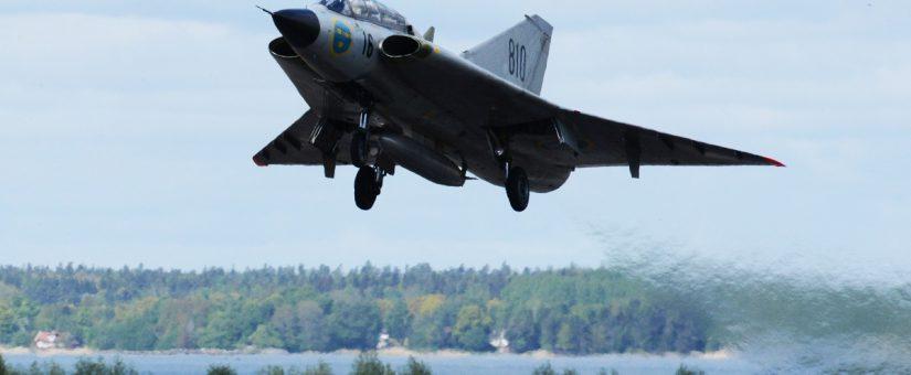 Saab 35C Draken -hävittäjä esiintyy Kaivopuiston lentonäytöksessä